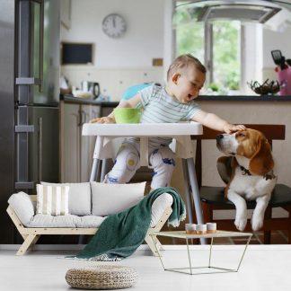 Baby in kinderstoel aait een hond 330x220 cm