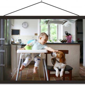 Baby in kinderstoel aait een hond 90x60 cm
