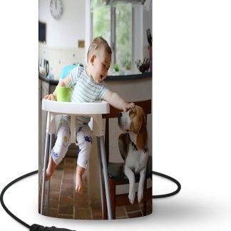 Lamp Baby's met dieren - Baby in kinderstoel aait een hond lamp - 33 cm hoog - Ø16 cm - Inclusief LED lamp - Woonkamer/Slaapkamer